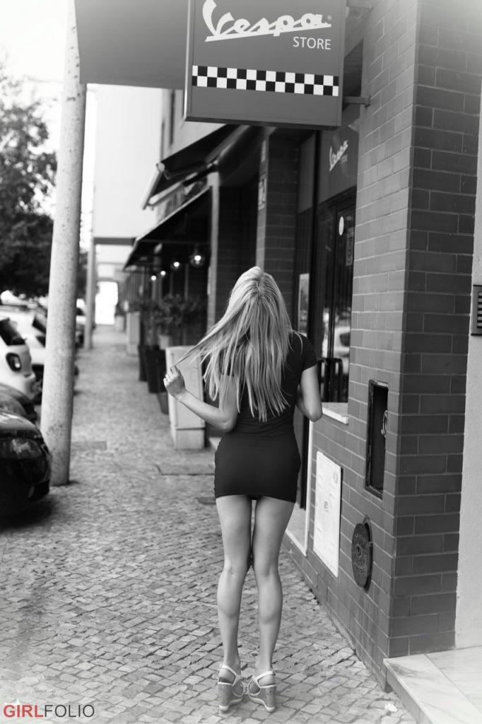 Skinny nude blonde